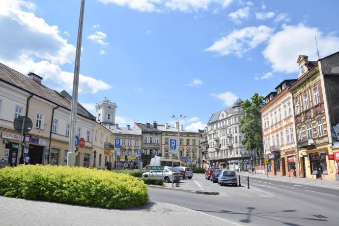 Plac na Bramie spod Budynku dawnej Kasy. W głębi po lewej Wieża Zegarowa.
