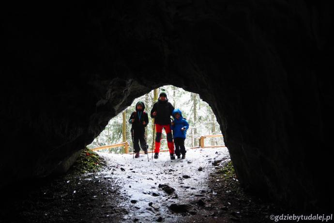 Męska częśc wycieczki po zwiedzeniu Jaskini Dziura