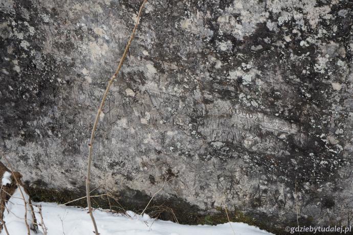 Na skale można dopatrzeć się starych napisów - dlatego Hala Pisana!