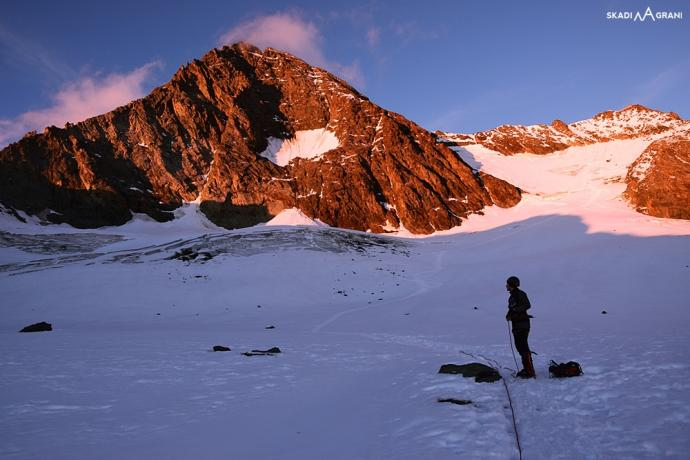 Król Austrii szykuje się do snu. Góry lodowcowe w okresie późnego lata odkrywają przed nami szczeliny i dzięki temu łatwiej i bezpieczniej wynajdywać drogę.