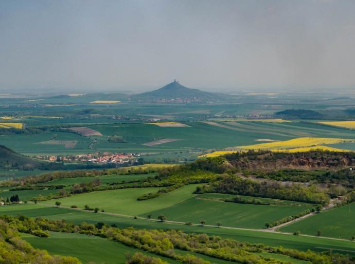 Hazmburk, bazaltowa góra z  dwu wieżowym zamkiem, jeden z najbardziej charakterystycznych punktów okolicy.