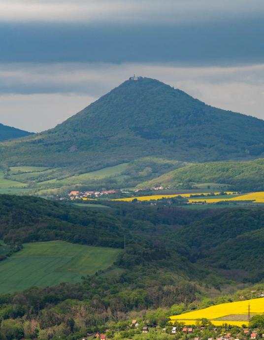 Milesovka, najwyższy szczyt całego pasma.