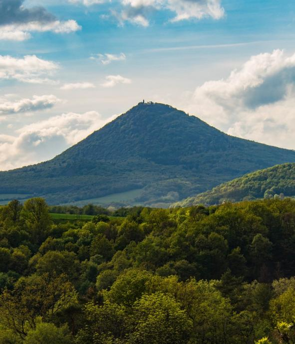 Milešovka, najwyższy szczyt Średniogórza. Widoki zeń się rozciągające Alexander von Humboldt (znany skądinąd podróżnik ;)) uznał za jedne z najwspanialszych na świecie.