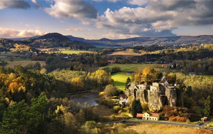 Zamek Sloup i spojrzenie na Góry Łużyckie. Fot. http://www.hradsloup.cz