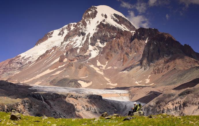 Widok na Kazbek i lodowiec z Przełęczy Arsza.