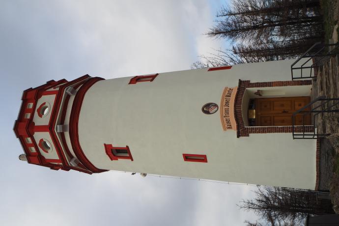 18-metrowa kamienna wieża została niedawno pięknie odnowiona