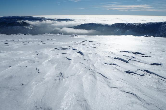 Miejscami śnieg pokrywa wysmagana wiatrem lodoszreń