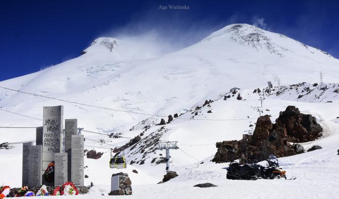 Elbrus i pomnik ofiar.