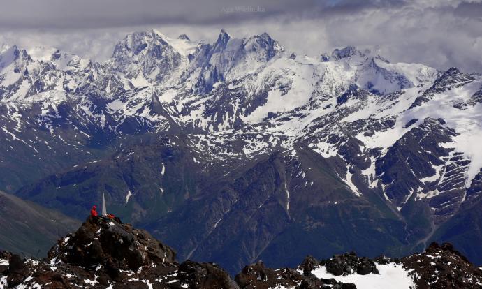 Grzęda i panoramy Kaukazu.