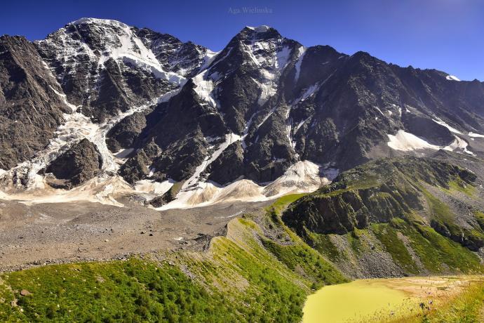 Lodowiec Siódemka - pomiędzy szczytami Nakra i Donguz-Orun.