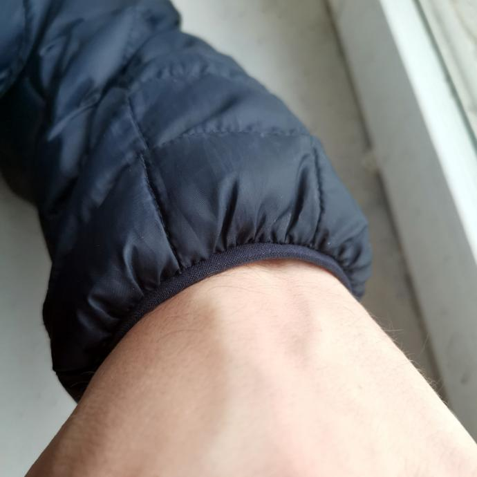 Rękawy są na gumkę, bez regulacji, ale takie rozwiązanie lepiej trzyma ciepło.