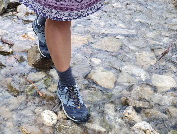 Przejście przez strumień w wodoodpornych butach