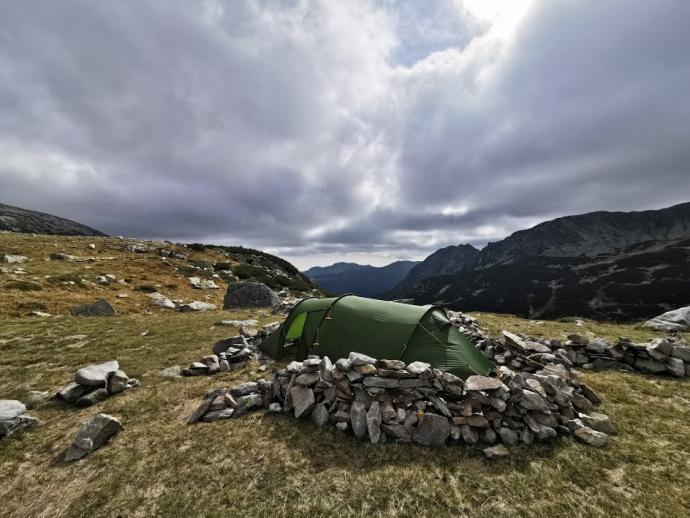 Charakterystyczne miejsca na namioty usypane z kamieni