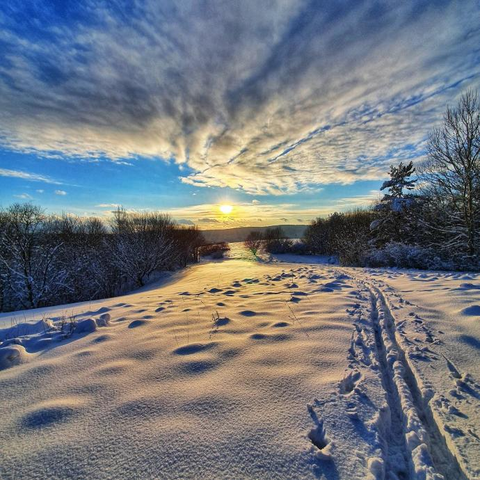 Kurtka puchowa do dobry wybór dla miłośników zimowych aktywności na świeżym powietrzu