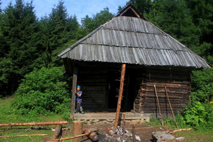 Na całej trasie Marmaroszy i Czarnohory można napotkać liczne schrony turystyczne. Ich stan techniczny pozostawia wiele do życzenia. Ten był w miarę dobry ponieważ posiadał cały dach!