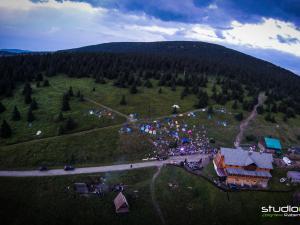 Koncert Domu o Zielonych Progach na Śnieżniku widziany z drona (StudioCopter)
