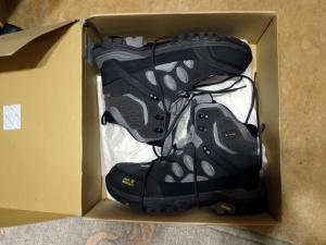 Oba buty jeszcze w pudełku