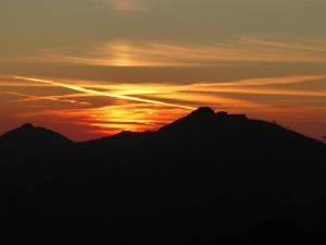 Derese i Chopok na tle zachodzącego słońca