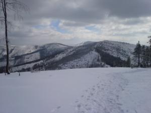 Zielony Kopiec, Gawlasi i na środku wyłaniająca się Barania Góra