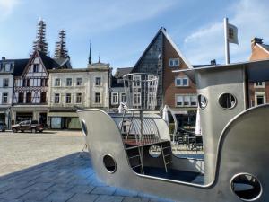 Łódź na jednym z miejskich placów. Statek ten został podarowany miastu przez Lions Clubs (filantropijną organizację pozarządową) z okazji 50-lecia powstania.