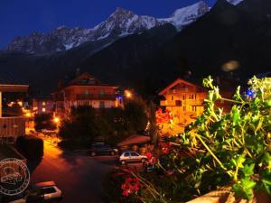 Widok z hotelu na masyw Mont Blanc