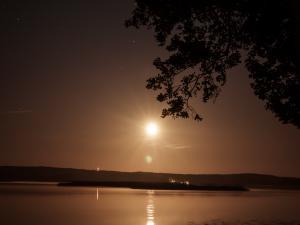 Nocny księżyc jak zachód słońca