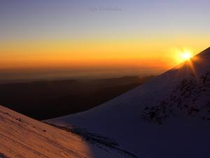 Wschód słońca w drodze na Elbrus.