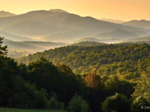 Wiosenne Bieszczady i oglądany wtedy wschód słońca. Widok ze szlaku na Rawki w stronę Tarnicy.