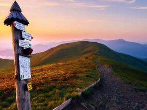 Na Połoninie Caryńskiej wstaje nowy dzień. Pierwszy prawdziwy górski świt.