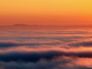 Pierwszy raz ponad chmurami. Wschód Słońca z wieży widokowej na Liwoczu.