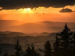 Widok z Sokolika w stronę Kotliny Jeleniogórskiej