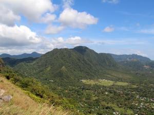 Scena 2: Panama, La India Dormida, w dole El Valle de Antón - miasteczko założone na kalderze wygasłego wulkanu (styczeń)