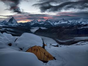 Pokój z widokiem. Alpy Pennińskie. Szwajcaria.
