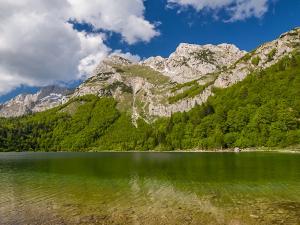 Jezioro Trnovačko, a w głębi Maglić. Góry Dynarskie. Bośnia i Hercegowina.