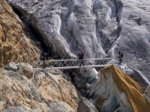Mostek ułatwiający wejście na lodowiec Gornergletscher.