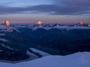 Pierwsze promienie słońca muskają szczyty okolicznych czterotysięczników.