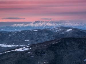Różowy brzask nad górami.