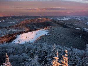 Pagórki w zimowej odsłonie po wschodzie słońca.
