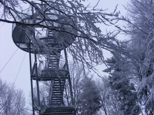 Krzyż i platforma widokowa na szczycie Jaworza
