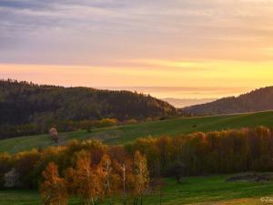 Słońce zagościło tylko  na chwilę, ale zdążyło pomalować krajobraz.