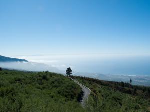 Droga, wybrzeże i La Palma w tle