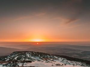 Wschód słońca spod szczytu Babiej Góry (kwiecień 2016)