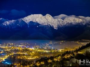 Tatry nocą i ciągle rozbudzone miasto Zakopane