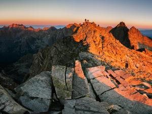 Ostatnie promienie oświetlają słowacki wierzchołek Rysów