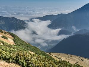 """""""Lawina"""" chmur przetaczająca się leniwie przez Dolinę Chochołowską"""