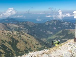 Jarząbczy Wierch - Kolejni turyści docierają na szczyt, a w tle niesamowity spektakl dają chmury