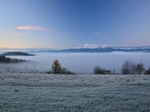 Pieniny o świcie z widokiem na Tatry