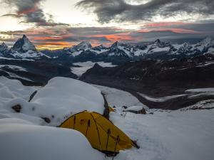 Świeży opad śniegu wyrównał nierówności pod namiotem, ale zasypał też ślad na szczyt.