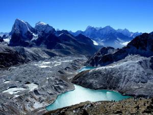 Widok z góry Gokyo Ri (5360m n.p.m.)Widać Cholatse, Taboche, Thamserku, turkusowe jezioro Dudh Pokhari i lodowiec Ngozumba.Moja zmora, musimy jakoś go przejść.Szukajcie malutkich domków na dole, tam mieszkaliśmy