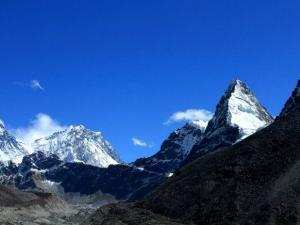 Od lewej Mt. Everest (8848m),Lhotse (8516m),Kangchung (6063m) i Cholo (6089m).Widok z oklic piątego jeziora w Gokyo